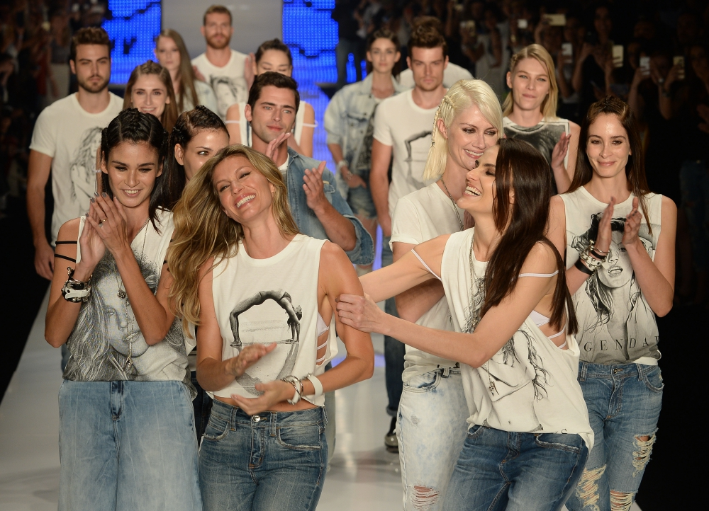 Gisele Bündchen and other models